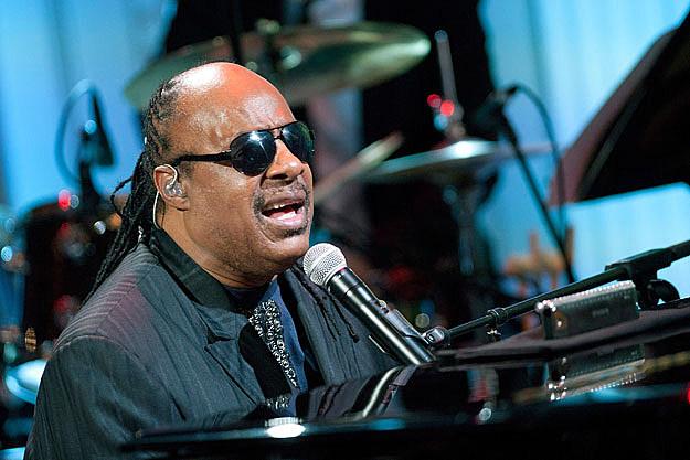 Stevie Wonder Receives Icon Award, Sings With Alicia Keys at 2012 ...