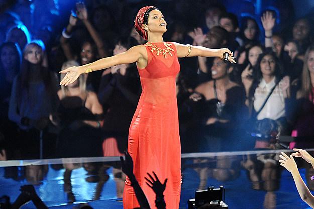 Rihanna Announces Diamonds World Tour