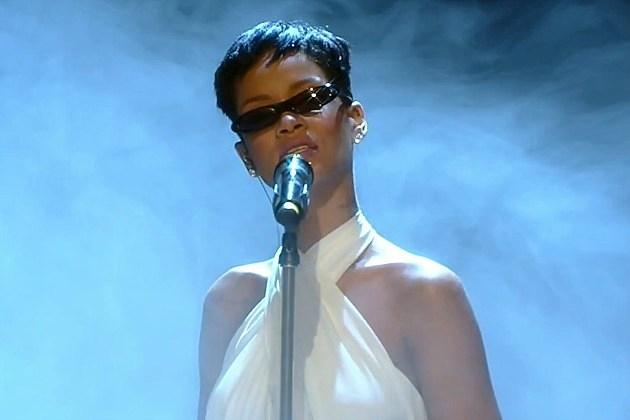 Rihanna Performs 'Diamonds' + 'Stay' on 'X Factor U.K.' + 'Wetten Dass'