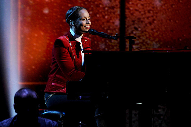 Alicia Keys Performs 'Girl on Fire' + 'New Day' at the 2013 People's Choice Awards