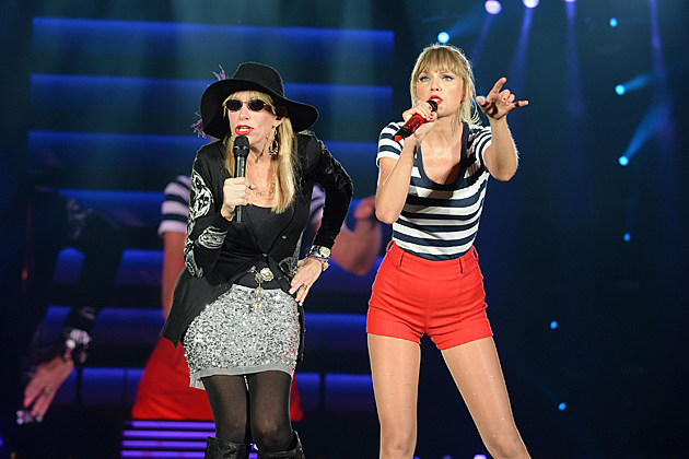 carly-simon-taylor-swift-onstage