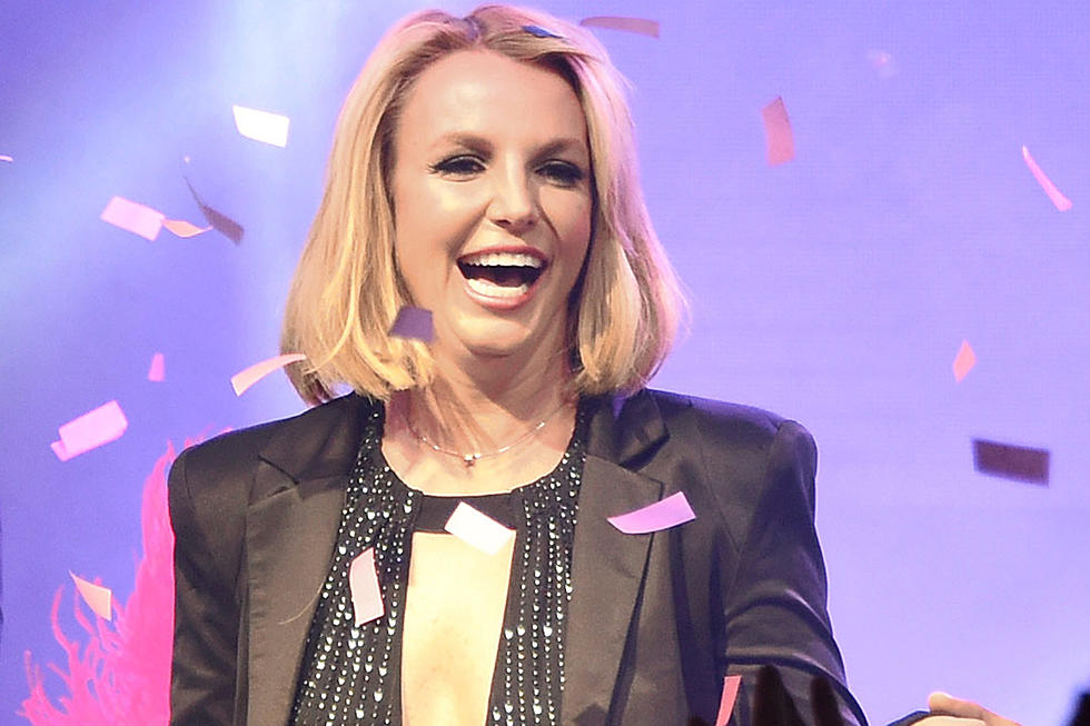 Britney Spears Loses Hair Extensions During Performance