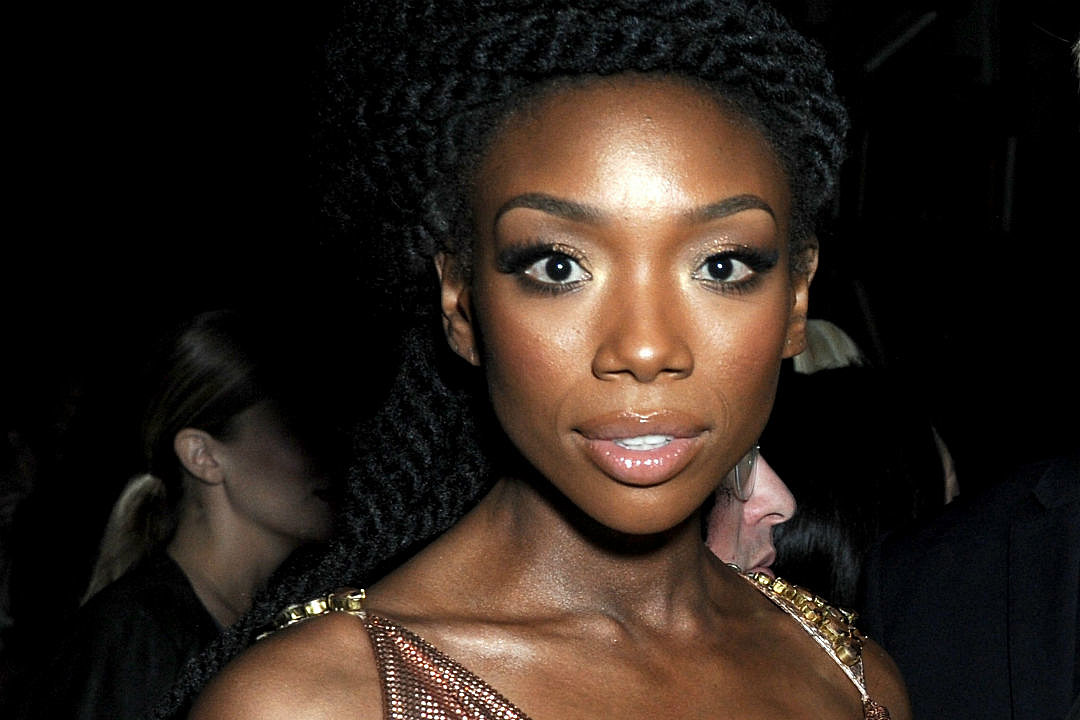 Brandy Rushed To Hospital After Fainting On Delta Flight