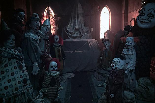 IT-movie-room-of-clowns