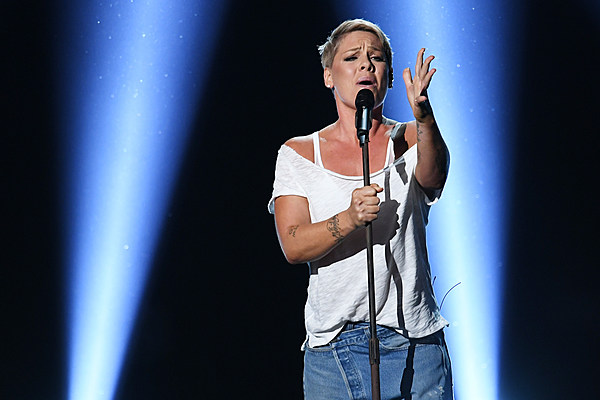 pink performs 39 wild hearts can 39 t be broken 39 at 2018 grammys. Black Bedroom Furniture Sets. Home Design Ideas